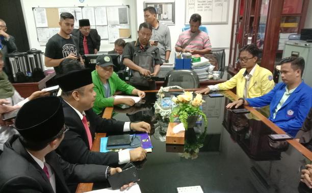 Ketua DPRD Sumbar Sementara Desrio Putra didampingi Sekwan Raflis SH.MM saat menerima Mahasiwa diruang Kerjanya