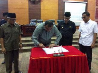 Ketua DPRD Sumbar menandatangani nota kesepakatan