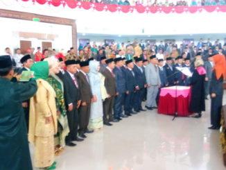 Ketua Pengadilan Negeri Muaro, Noerista Suryawati,SH, MH tengah memandu pengucapan sumpah 30 orang anggota DPRD Kabupaten Sijunjung.