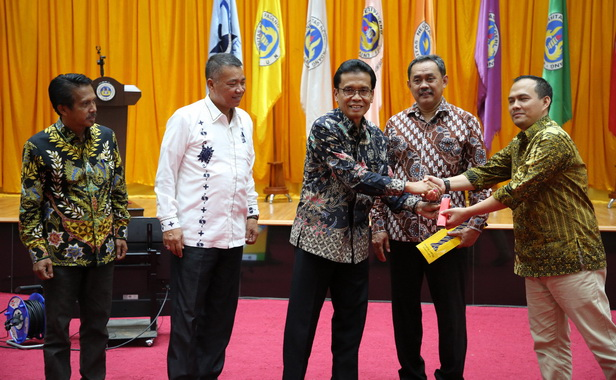 Ketua Tim Kerja RB Kemenristekdikti Moch. Wiwin Darwin bersama sivitas akademika UNP Padang di Auditorium UNP,