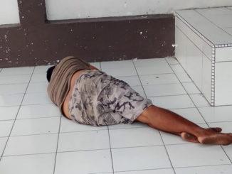 Orang gila yang tidur di gedung DPRD Kab. Padang Pariaman.