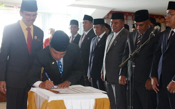 Pendatangan naskah pelantikan anggota DPRD Kab. Limapuluh Kota.