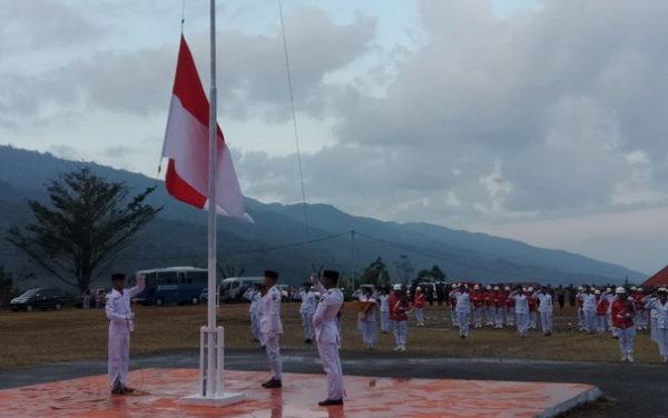 Penurunan bendera pusaka di Lapangan Kantor Bupati Kerinci, Bukitt Tengah.,