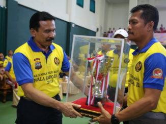 Penyerahan Trophy Bergilir kepada Direktur Pertandingan.