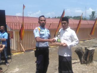 Penyerahan hadiah kepada salah seorang pemenang lomba di Lapas Klas II B Kota Solok.