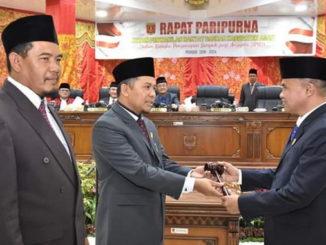 Penyerahan palu pimpinan DPRD Kabupaten Agam dari Ketua DPRD Periode 2014-2019 Marga Indra Putra S.pd kepada Novi Irwan.
