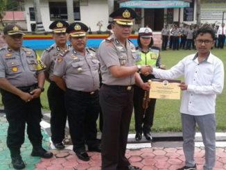 Penyerahan piagam penghargaan kepada Ketua KT Rangkiang Ameh.