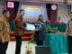 Penyerahan piagam penghargaan usai kuliah umum masalah lingkungan di Pascasaruana UNP.