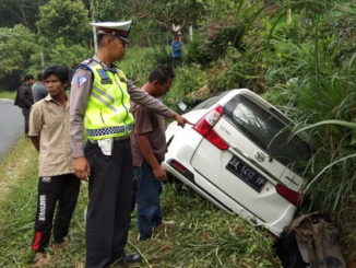 Petugas kepolisian di lokasi kecelakaan lalu lintas di Solok Selatan.