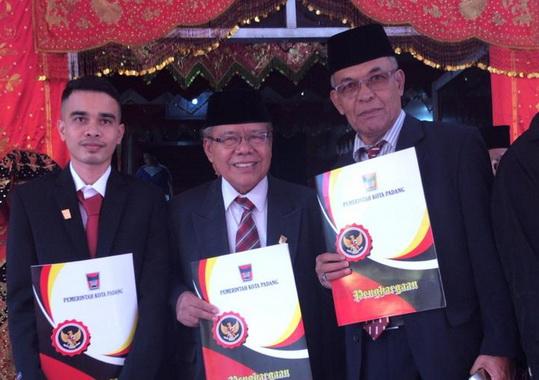 Prof Sufyarma Marsidin bersma dua penerima penghargaan lainnya.