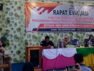 Rapat evaluasi Bawaslu Kabupaten Pasaman di aula flom mitra.