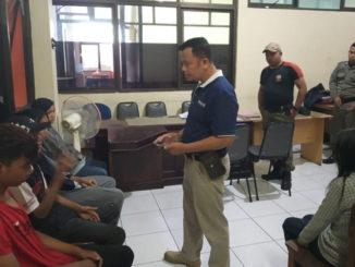 Remaja yang ditangkap Satpol PP saat diperiksa.