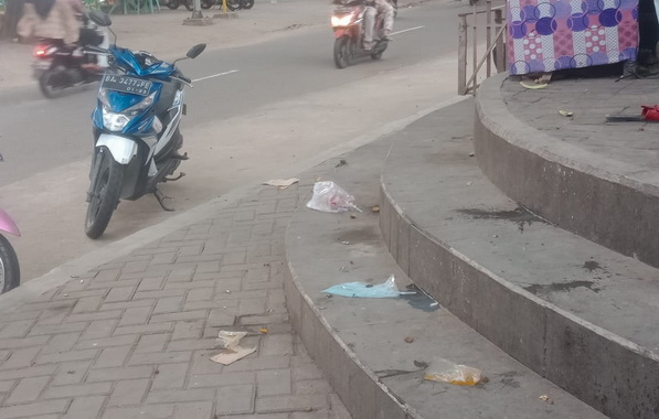 Sampah yang berserakan di obyek wisata Pantai Gondoriah.