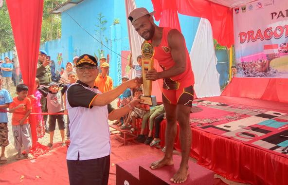 Sekda Kota Padang Masrul SH menyerahkan Tropy Juara Umum Kepada Podsi Padang