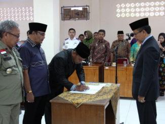 Si Is menandatangani berita acara pelantikan disaksikan Sekdakab Solok, Aswirman, SE, MM.