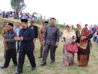 Wabup Ylfadri Nurdin bersama Arlon St. Sati dan rombongan saat menuju lkasi kegiatan IMAPPA Taluak Dalam.
