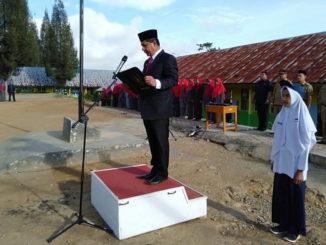 Wabup Yulfadri Nurdin saat memimpin upacara.