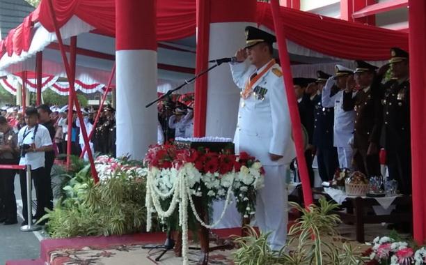 Wagub Nasrul Abit saat menjadi Inspektur Upacara penurunan bendera pusaka di kantor Gubernur Sumbar.