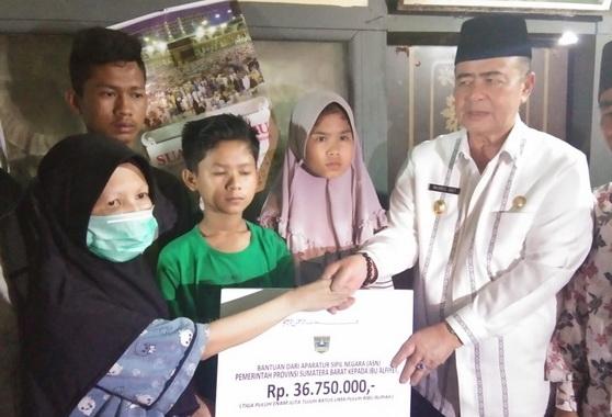 Wagub Nasrul Abit saat menyerahkan bantuan.