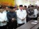 Wagub Sumbar Nasrul Abit bersama Wabup Pasbar Yulianto dan mantan Sekdaprov Sumbar saat melepas Almarhum Syahiran di Mesjid Agus Pasbar, Simpang Empat.