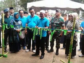 Wakil Bupati Tanah Datar H. Zuldafri Darma menggunting pita pembukaan TTIC.