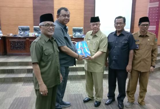 Wakil Gubernur Sumbar Nasrul Abit menyerahkan Nota Pengantar APBD Perubahan kepada Ketua DPRD Sumbar Ir Hendra Irwan Rahim.
