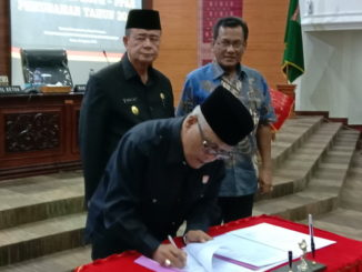 Wakil Ketua DPRD Sumbar saat menandatangani nota kesepakatan
