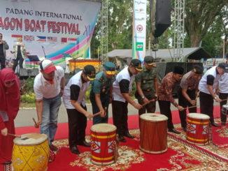 Wakil walikota Padang Hendri Septa bersama muspida memukul bedug pertanda dibukanya acara Padang Internasional Dragon Boat Festifal XVII.
