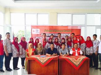 Yutris Chan bersama peserta pelatihan dan pengurus PMI Kota Solok.