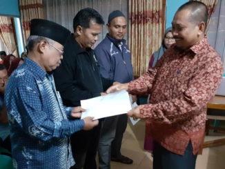 Adeks Rossyie Mukri menerima berkas nomor urut.