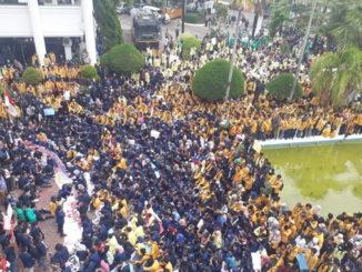 Aksi demontrasi mahasiswa di DPRD Sumbar