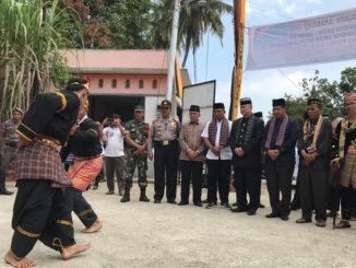 Atraksi silat saat menyambut kedatangan Wagub Nasrul Abit di Muaro Paneh.