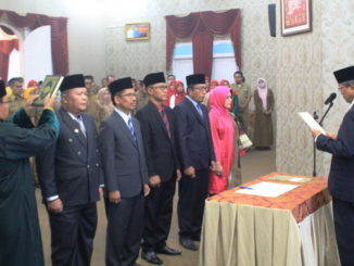 Bupati Gusmal saat melantik pejabat Eselon IIB dan IIIA Kab. Solok.