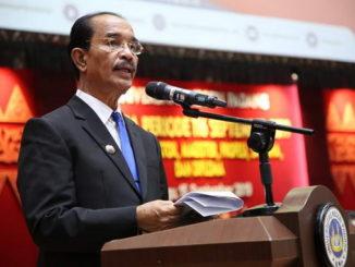 Bupati Pasaman, Yusuf Lubis saat berorasi di UNP Padang.