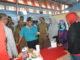 Bupati Sijunjung Yuswir Arifin tengah berdialog dengan salah satu penyedia lapangan kerja pada job fair.