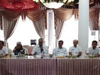 Bupati Tanah Datar Irdinansyah Tarmizi sedang memberikan keterangan terkait OTT Kepala Dinas Koperindag Marwan.