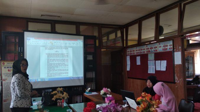 Dr. Aermadepa, SH, MH (berdiri) tengah rapat bersama Dekan FHUK UMMY Solok membahas Pendirian LBH. Mr. M. Yamin.