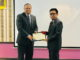 Ifdil, PhD Kons saat menerima piagam penghargaan.