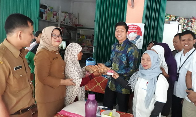Kadis Sosial Hendra Aswara saat memberi bantuan kepada masyarakat.kecamatan Patamuan Kab Padang Pariaman.