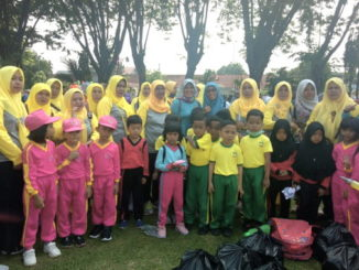 Kasi PAUD Delvianti Basri,SE Dampingi 60 Anak PAUD Kabupaten Sijunjung Ikuti Senam Massal Dalam Rangka Memperingati Hari Anak Nasional.