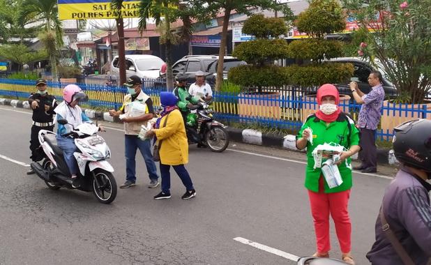 Kegiatan pembagian masker gratis yang dilakukan RAPI Kota Payakumbuh.