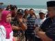 Kepala Dinas PSDA Sumba Ir Rivda Suriani saat berdialog dengan anggota DPRD Sumbar Muklis Yusuf Abid saat meninjau Abrasi Pantai di Pesisir Selatan