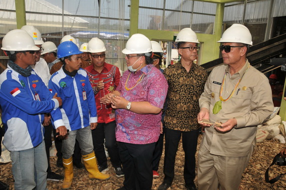 Menteri PPN Bambang Brodjonegoro bersama Wagub Nasrul Abit saat meninjau persiapan pembangunan pembangkit listri berbahan bambu.