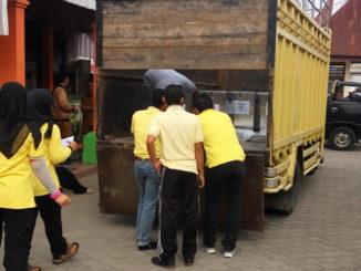 Panitia pemilihan Walinagari tengah menaikkan kotak suara ke kendaraan roda enam.