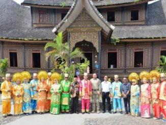 Para jendral dan istri foto bersama dengan Wakil Bupati, Kapolres dan Kajari dengan berpakaian adat Minangkabau.