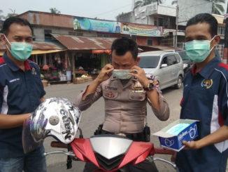 Peduli Kabut Asap, Wartawan Bagikan Ribuan Masker di Solok Selatan.