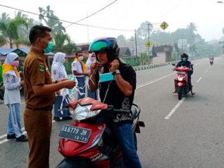 Pembagian masker oleh siswa dan guru SMK N 1 Lubuk Sikaping.