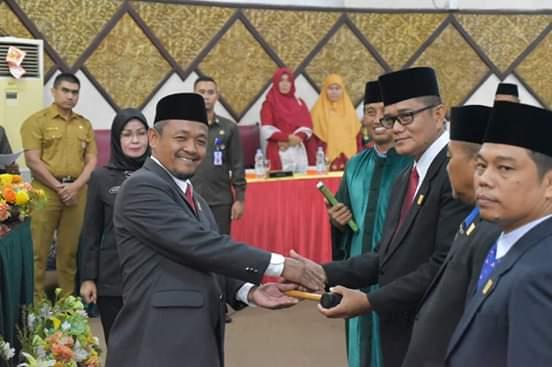 Penyerahan palu kepemimpinan DPRD Kota Padang.