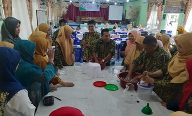 Peserta pelatihan kimia terapan yang dilaksanakan UNP.