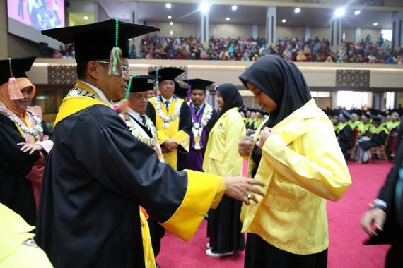 Prof Ganefri memasangakan jaket MABA.